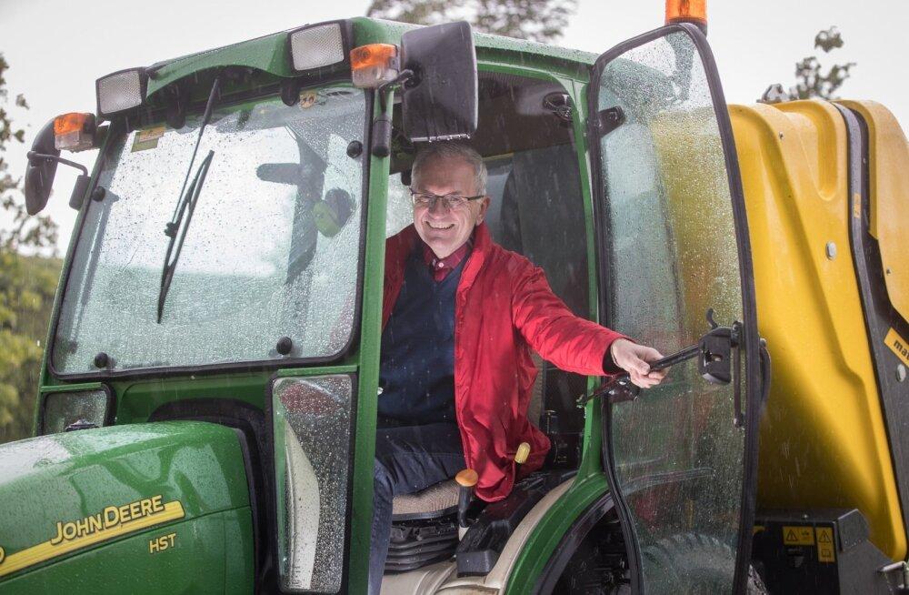 Tulla paaril-kolmel päeval kuus isatalusse, teha päev otsa traktoriga tööd - need on hetked, mil Jüri Raidla end tavapärasest tööalasest elust välja lülitab.