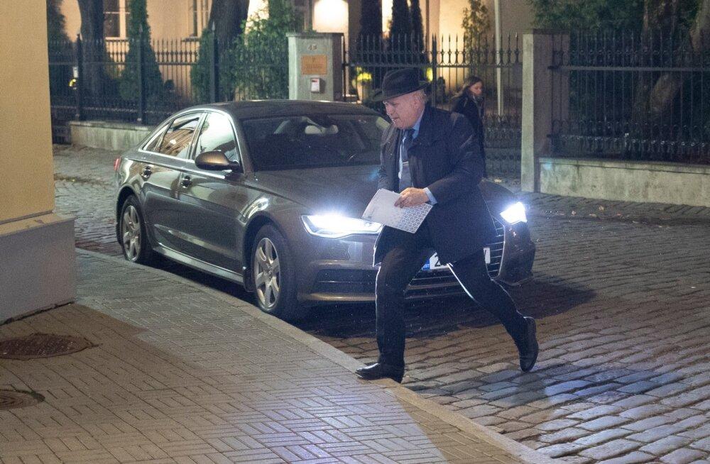 Maaeluministrit ootamas Stenbocki maja juuures 11.11.2019