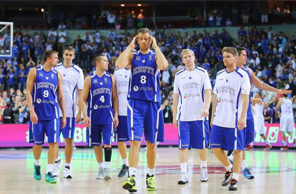 Eesti korvpallurid Riias EM-il. Mängijad tundusid kuidagi tõsised, lusti oli vähe ja pulli ei tehtud.