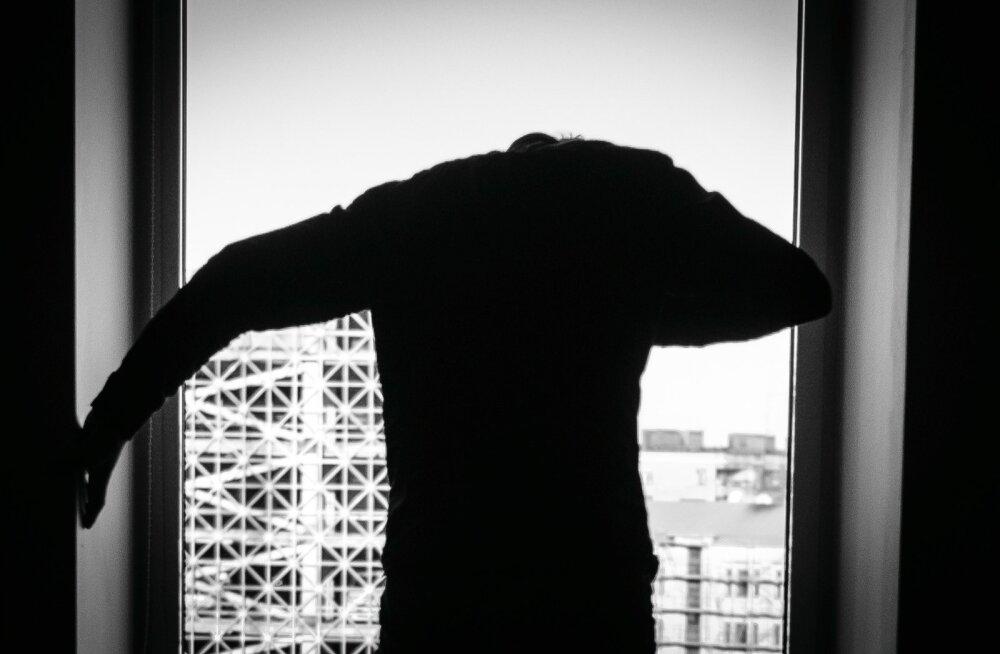 Suitsiidne mees aknal