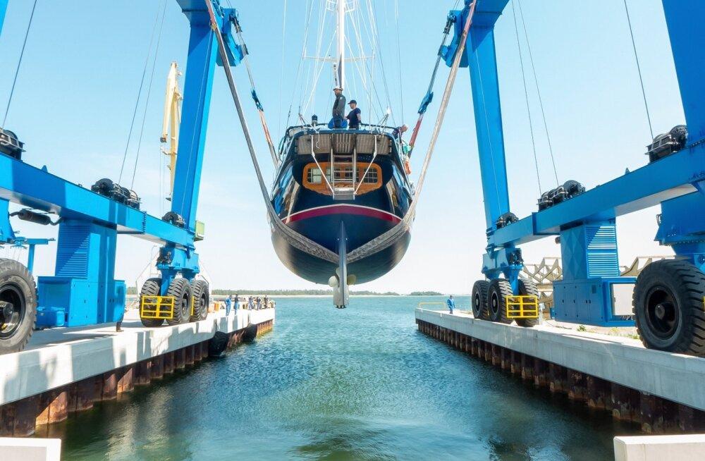 ФОТО: В порту Насва спустили на воду парусник, который уже в июле отправится в антарктическую экспедицию