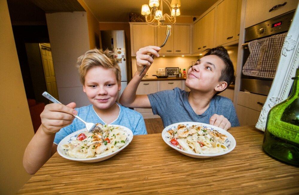 LP pani Aaroni (paremal) ja Mattiase oskused proovile. Võisime veenduda, et noorukid oskavad tõepoolest ise süüa teha – valmis kanapasta.
