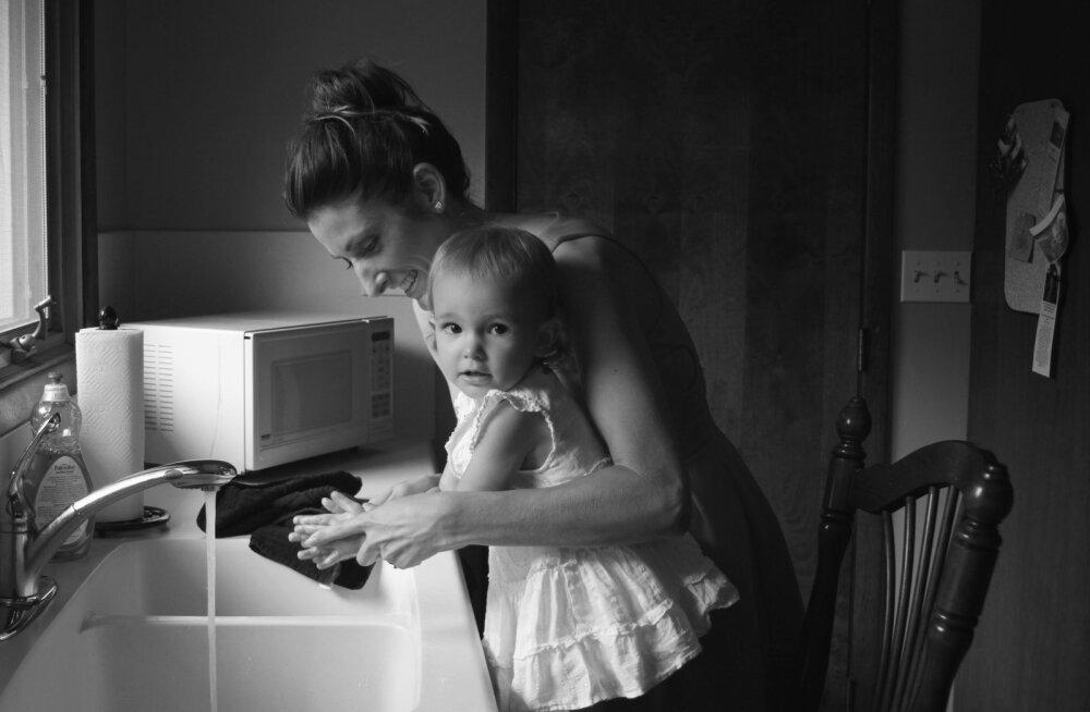 Noor ema põrutab: väikese lapse kõrvalt tööl käivad emad teevad 3 korda rohkem, sest neid valdab pidev hirm oma positsioon kaotada!