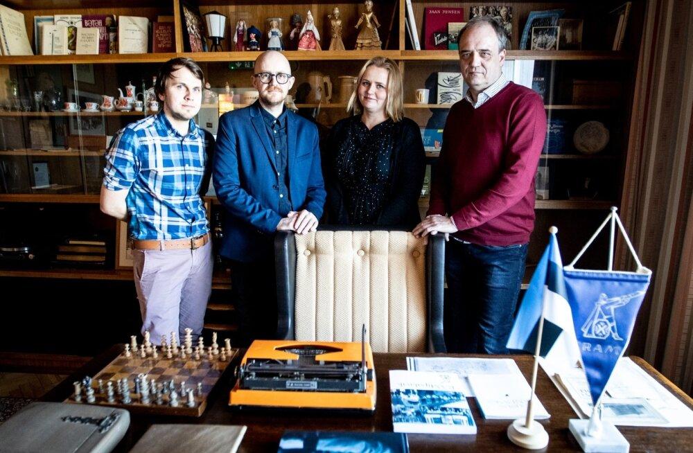 """Kait Kall (vasakult), Veiko Tubin, Andra Teede ja Hirvo Surva """"Hakkame, mehed, minema"""" esitlusel Gustav Ernesaksa majas Oru tänaval."""