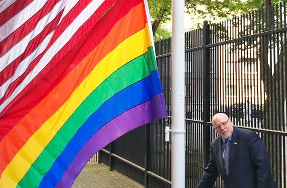 Посольство США в Таллинне по случаю Дня борьбы с гомофобией совместило государственный флаг с радужным