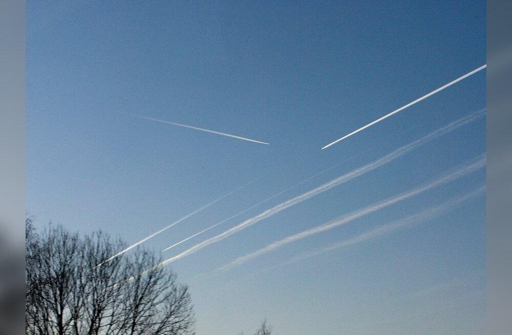 Lennukite kondensjärljed taevas