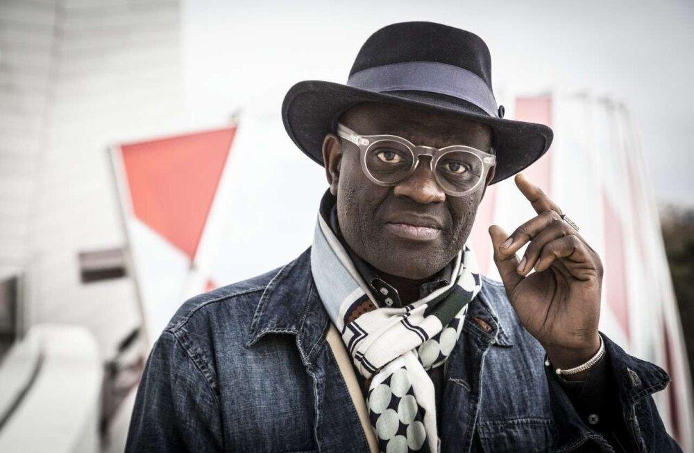 """Alain Mabanckou (s 1966) kasvas üles Kongos, ülikooli läks juba Prantsusmaale ning 2002. aastast on elanud USAs ja töötanud suurtes ülikoolides õppejõuna. Ta on tänini mässulise vaimuga ja poliitiliselt aktiivne. Muide, üks kummaline vastupanuliikumine, kuhu ta kuulub, on SAPE (Stiilsete ja Autoriteetsete Persoonide Esindus) – Kongost alguse saanud mässuline liikumine, eriline dissidentluse vorm, mis on seotud ka lööva välimuse ja ülevoolava käitumisega. """"Katkise Klaasi"""" tõlkis Ulla Kihva."""