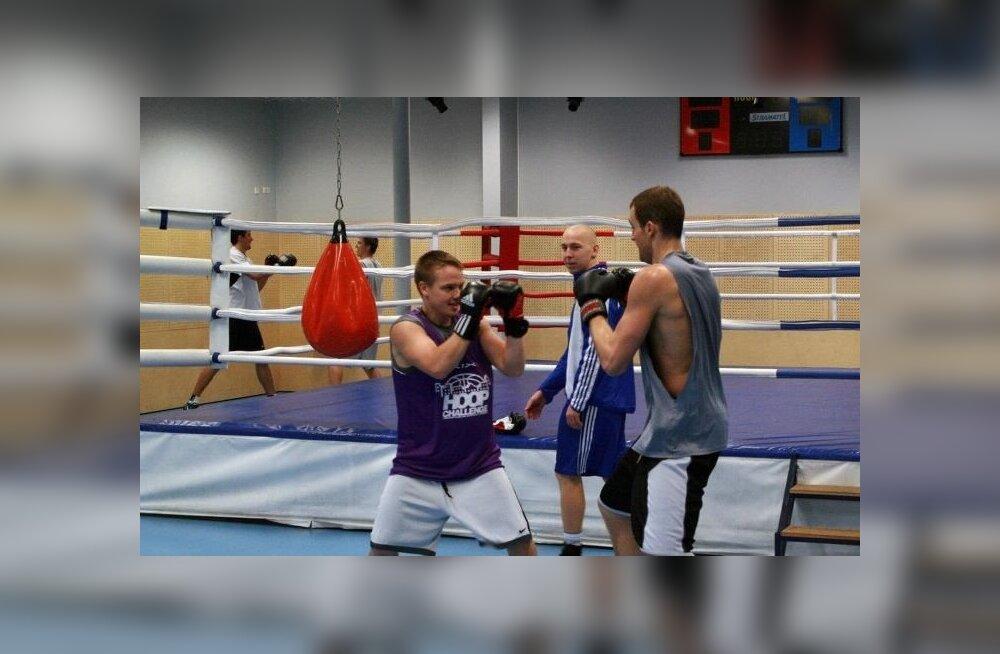 Sten-Timmu Sokk ja Bill Amis poksitrennis, Tartu Ülikool, korvpall
