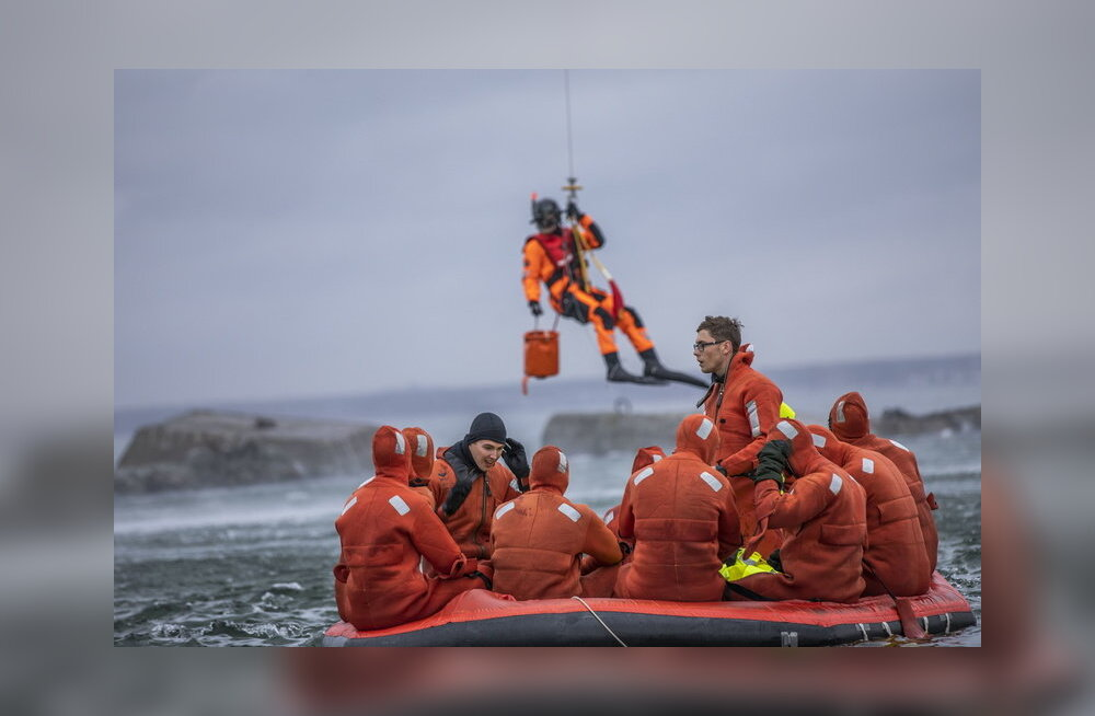 Военные моряки провели сутки на спасательных плотах