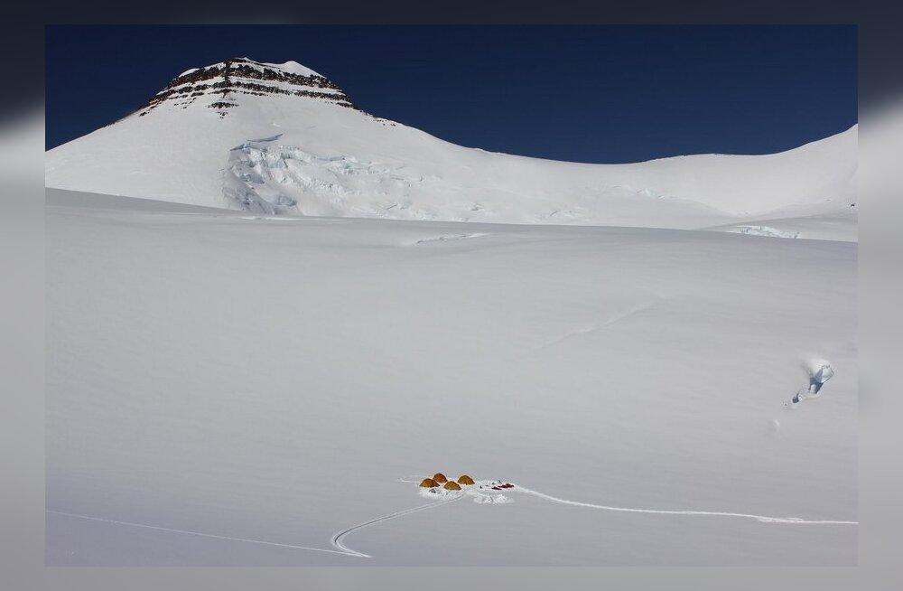 Gröönimaa kõrgeim tipp on Gunnbjørn Fjeld. All servas ühe ekspeditsiooni telklaager.