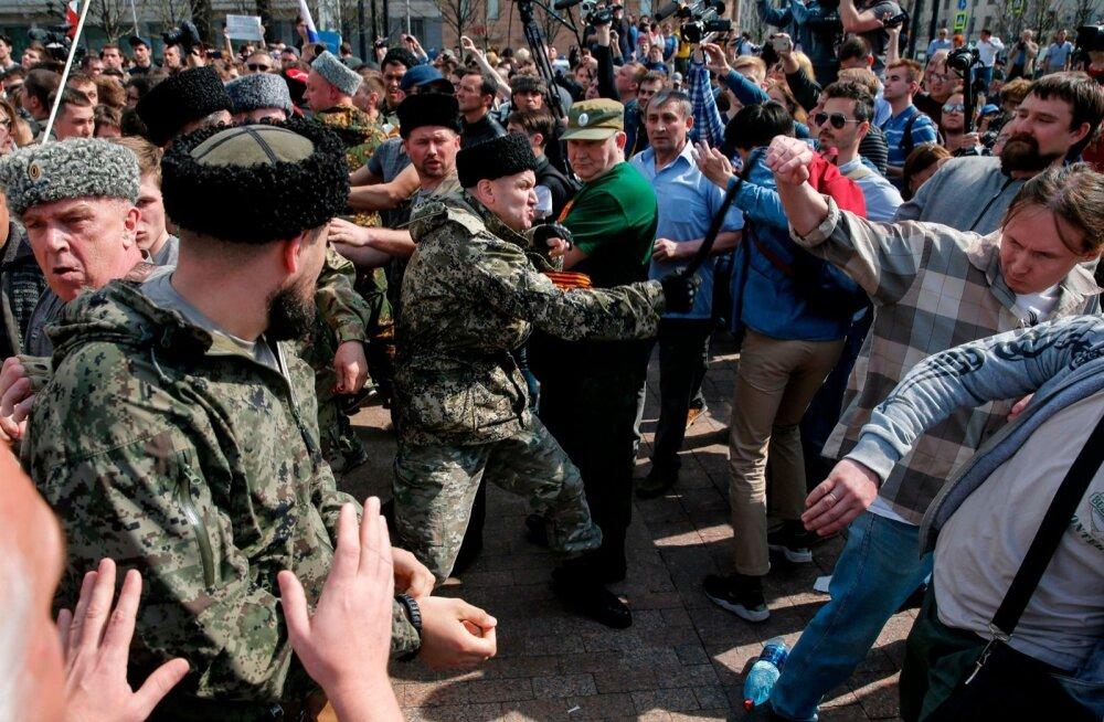 Moskvas meeleavaldajaid peksnud kasakate tegevusse politsei enamasti ei sekkunud.
