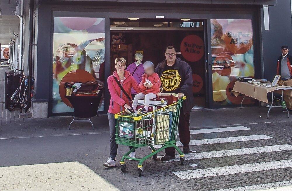 """""""Картина, от которой хочется плакать"""". Новая традиция: семейная поездка в Латвию включает в себя и посещение алкогольного магазина"""