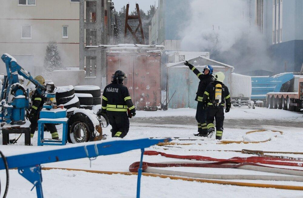 FOTOD SÜNDMUSKOHALT: Tallinnas Nõmmel põles rehviladu