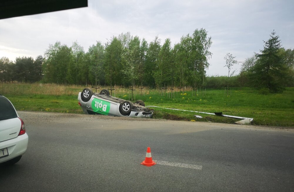 FOTO SÜNDMUSKOHALT | Taksojuht sõitis Harku järve lähedal üle katuse kraavi, autos viibis ka klient