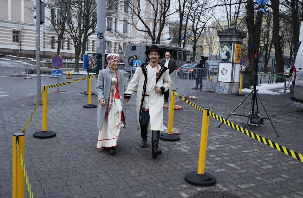 FOTO: Imekaunis paar! Folkmuusikud Sandra ja Jalmar Vabarna saabusid presidendi vastuvõtule setu rahvarõivastes