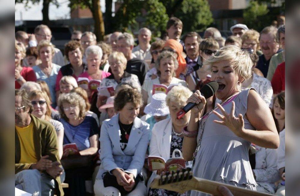 GALERII: Uhtna rahvas laulis koos Gerli Padari ja Anne Veskiga