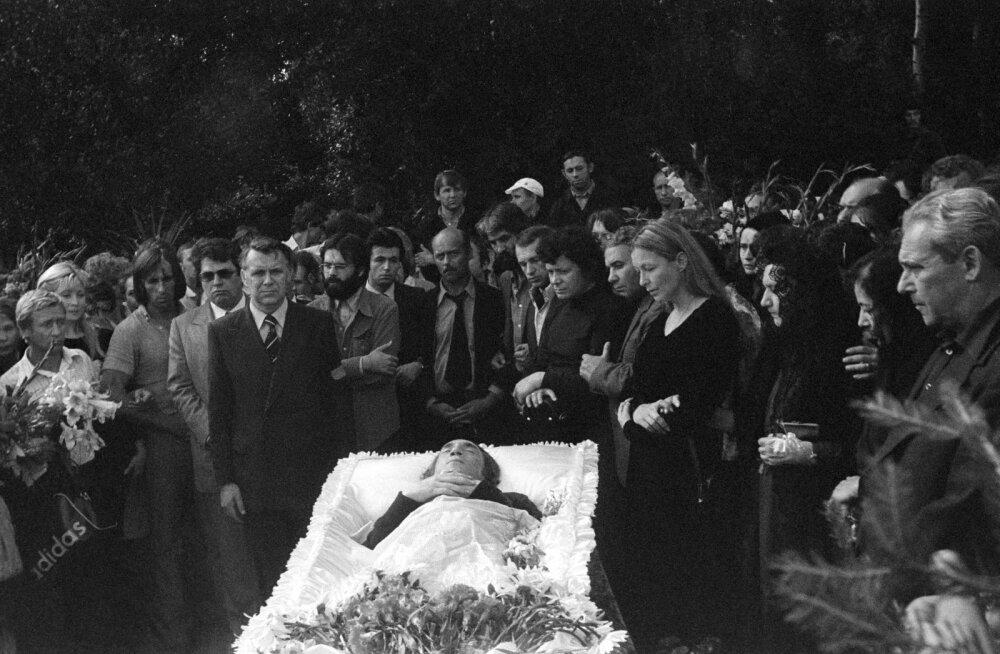 Родственники у гроба Владимира Высоцкого