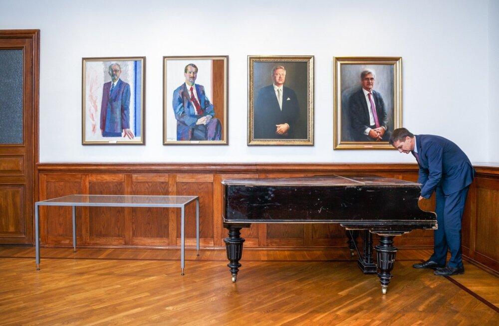 Eesti Panga president Ardo Hansson tunneb end kodus Frankfurdi rahapoliitilises viiulimängus ja ka Eesti Panga presidentide galeriis klaverit mängides.