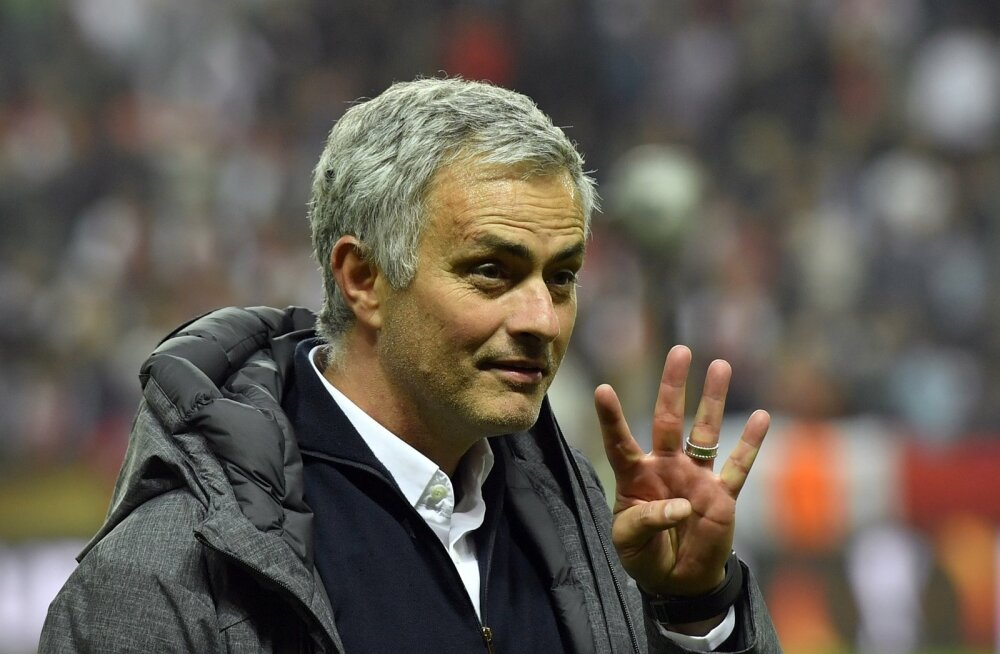 Jose Mourinho näitab mitu eurokarikat ta on võitnud