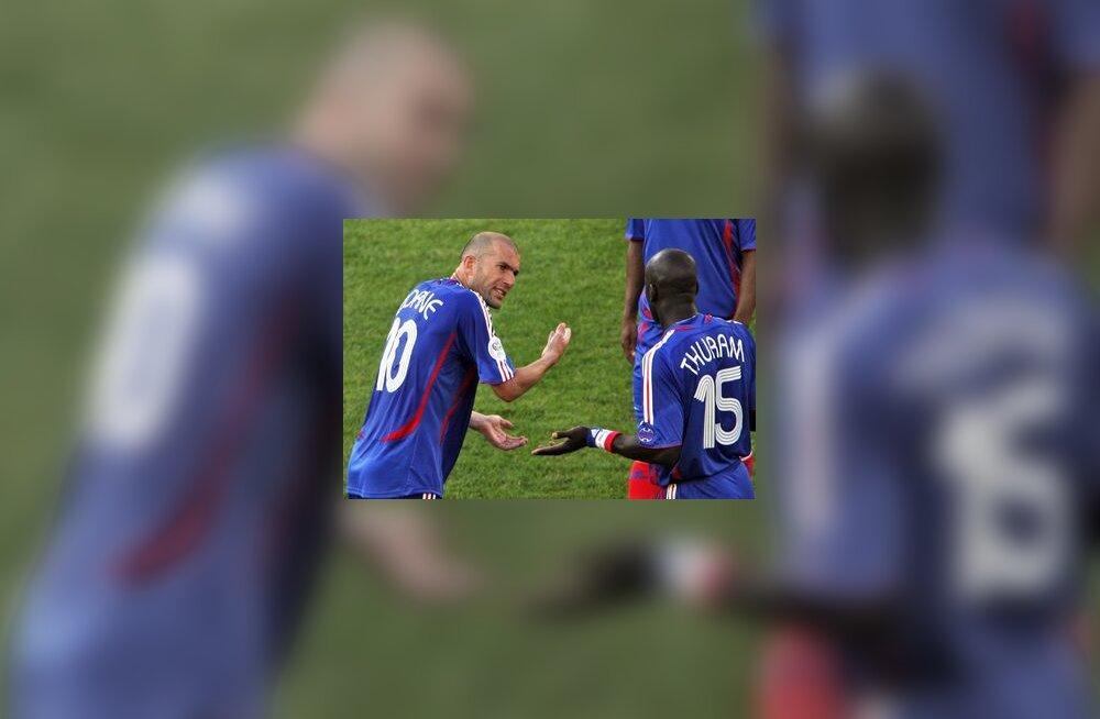 Prantslaste kapten Zinedine Zidane kurjustab Lilian Thuramiga