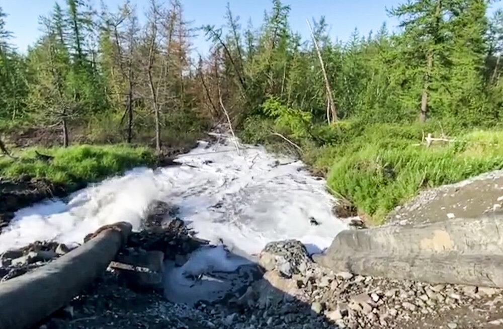 """В России произошел сброс отходов возле фабрики """"Норникеля"""""""