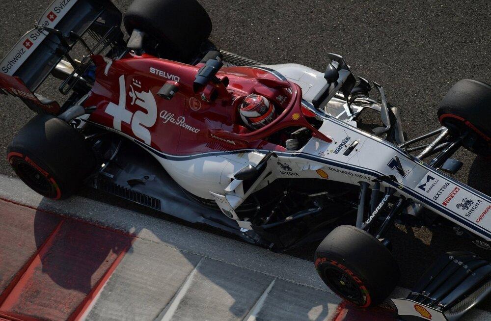 Kimi Räikkönen alfa Romeo roolis. Algaval hooajal on vormelil ka suured Orleni logod.