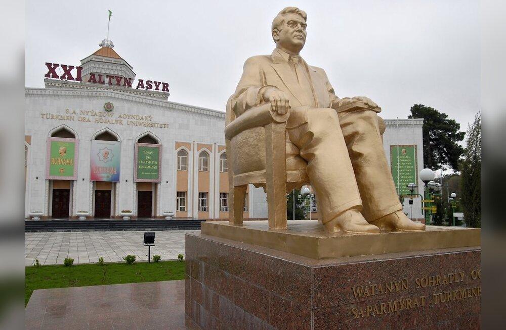 В Туркмении демонтирована статуя Ниязова