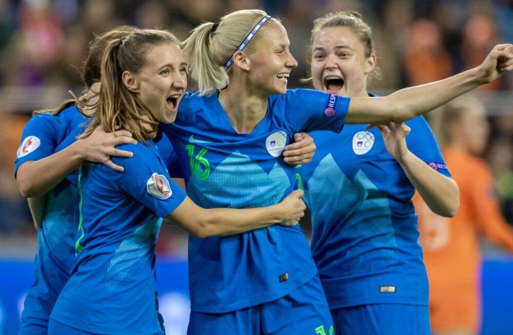 Sloveenia jalgpallinaiskonna liikmed.