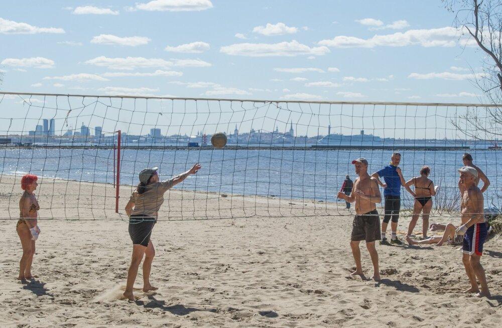 """Päike """"sulatab"""" ka kohalikud rannavolle entusiastid."""