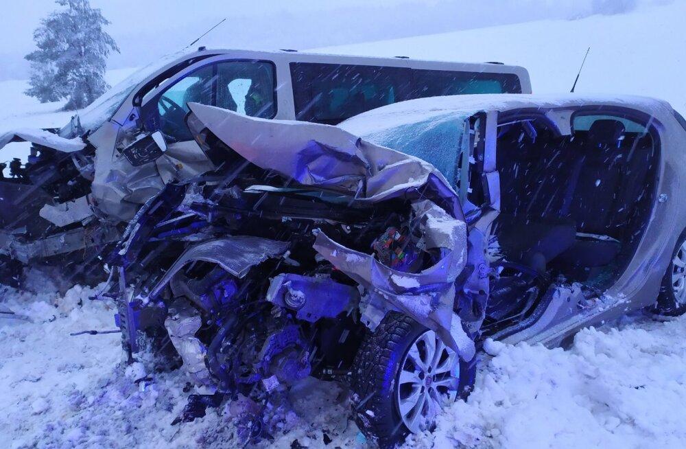 FOTOD   Tallinna-Narva maanteel hukkus kahe auto kokkupõrkes inimene