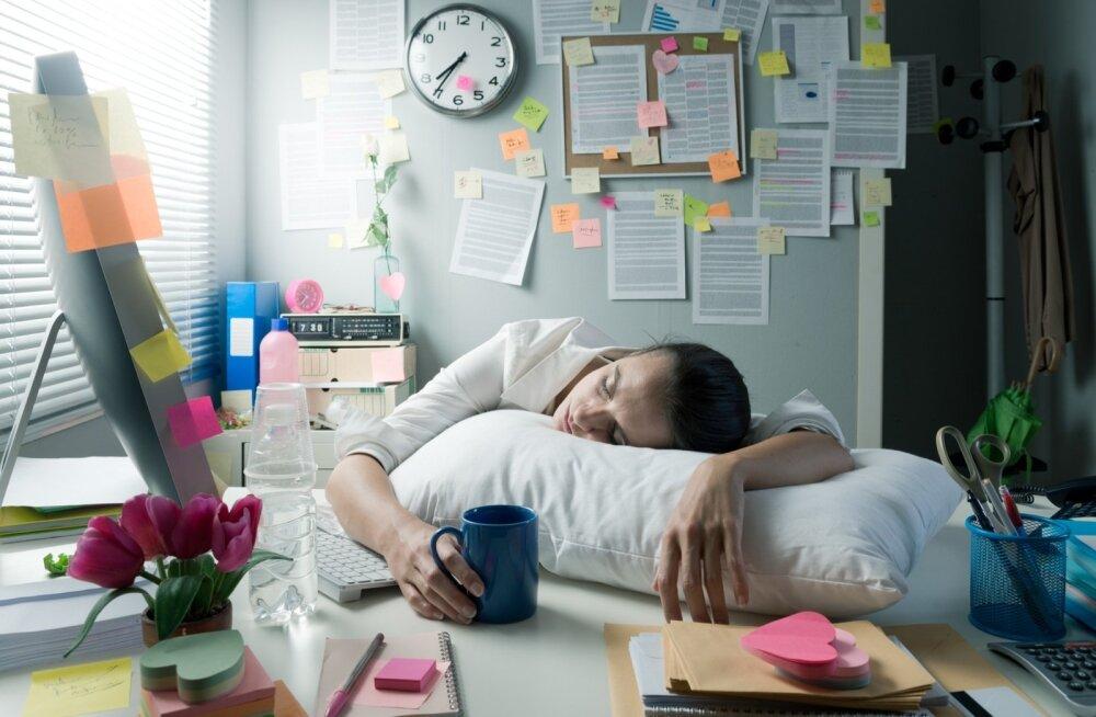 Talve üleminek kevadeks mõjutab melatoniini ja serotoniini tasakaalu, tekitades segadust une ja ärkveloleku tsüklis. Selle reguleerimiseks kulub organismil palju energiat.