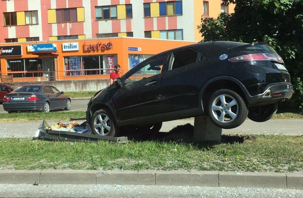 Autoõnnetus Mustamäe teel Eks kaubamaja lähedal