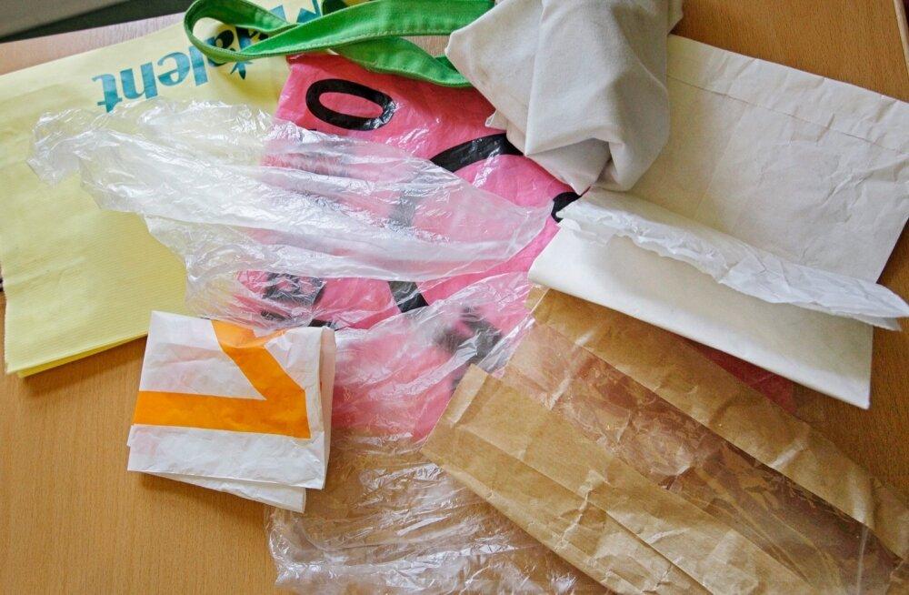 Tartu:Kavandatav kiletotikeeld kauplustes mõjutab ostutavasid.Pildil:Ostlemine Tartus Selveris koos ja ilma kilekottideta.
