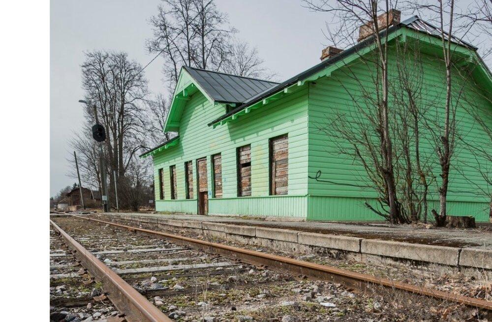 Antsla raudteejaama pole reisijatel asja, kaubaronge sõidab aga nii vähe, et rööpad roostetavad.