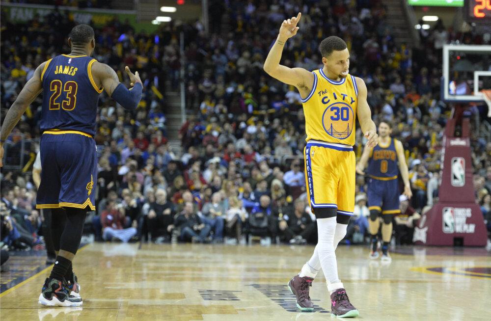 VIDEO: Maadlus või korvpall? LeBron James tõukas Curry põrandale