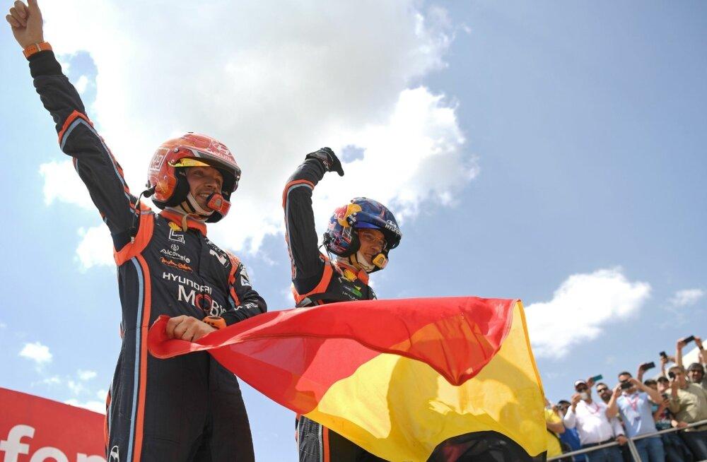 Thierry Neuville ja Nicolas Gilsoul tähistamas Portugali ralli võitu.