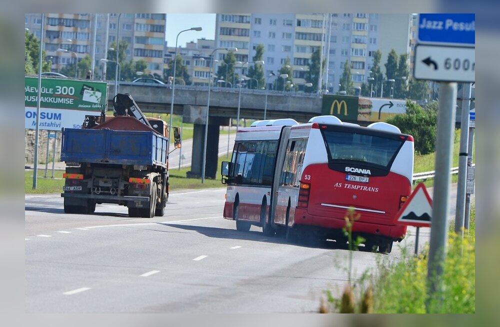 Bussijuhid sõidavad üle pideva joone Laagna teel