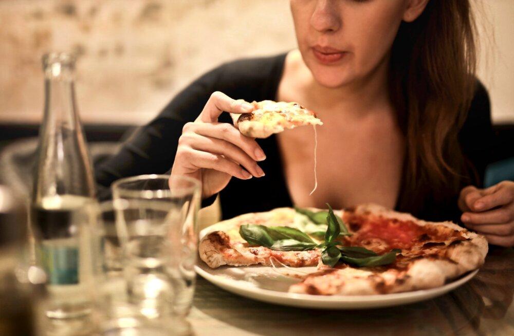 Диетолог рассказала, можно ли ужинать после 18:00