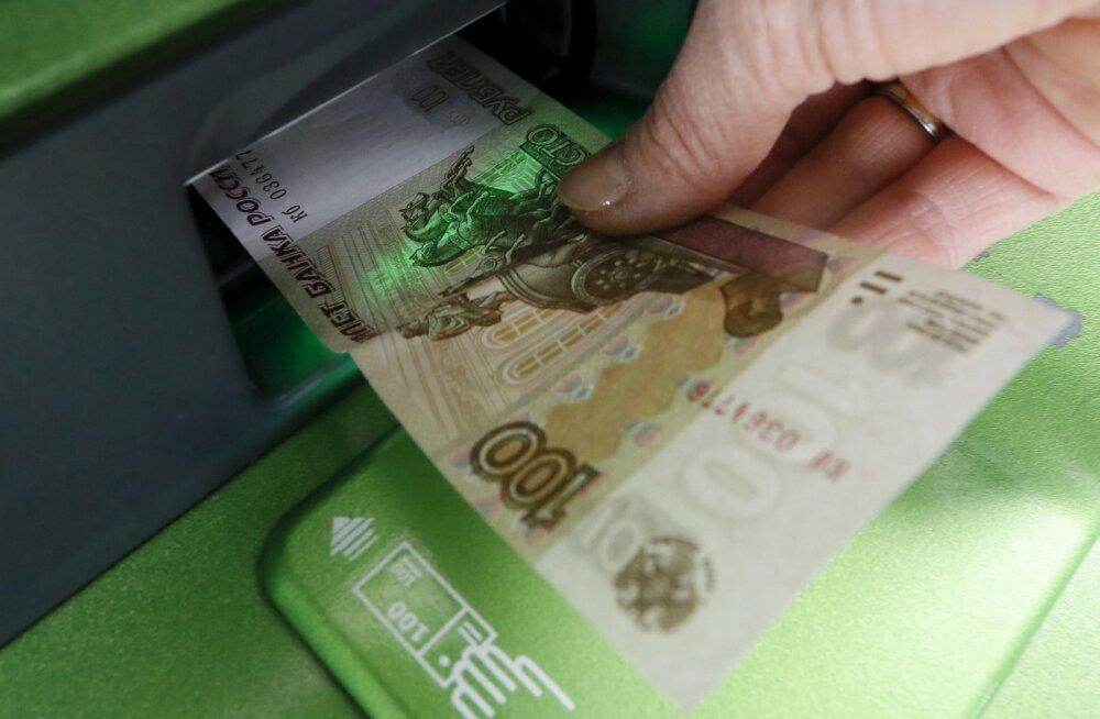 Naine Sberbanki sularahaautomaadist raha võtmas.