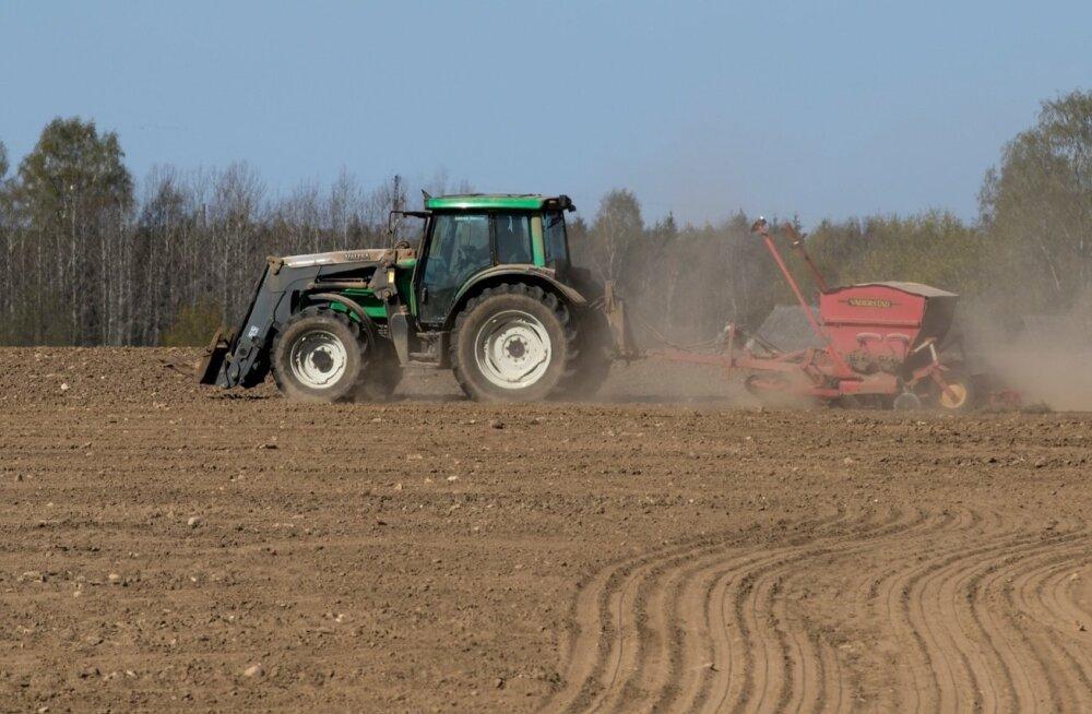 Külvik, põld, traktor
