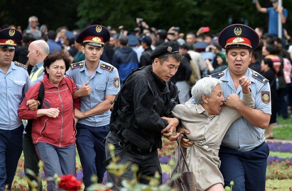 В Казахстане задержали около 500 участников протестной акции в день выборов президента