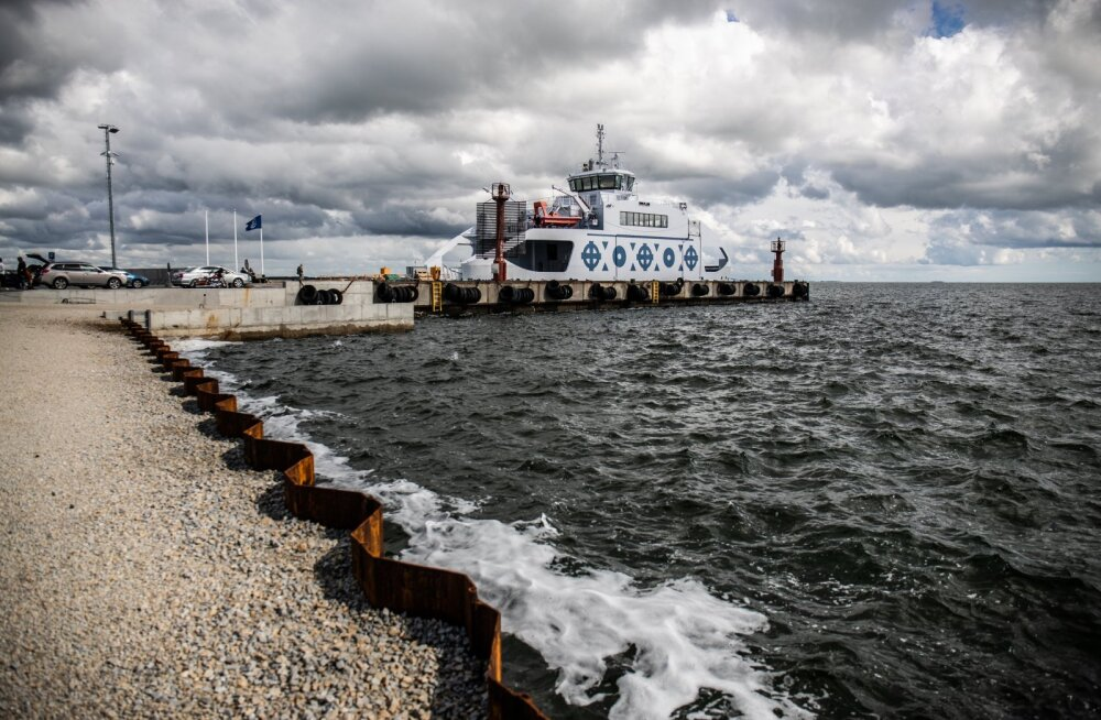 Vormsi ja mandri vahel sõitev Ormsö kai ääres Sviby sadamas