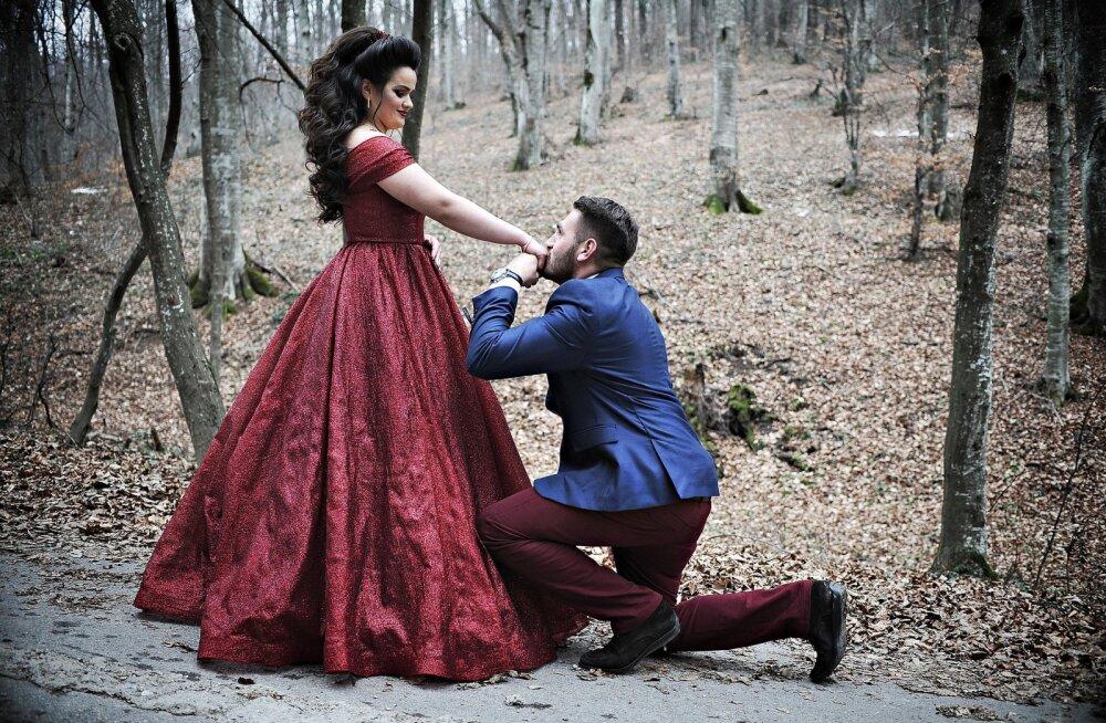 KLÕPS | Hea soov võib väga valesti minna: paari häbil polnud otsa, kui ema kingitus värske kihluse piinlikult nilbeks muutis