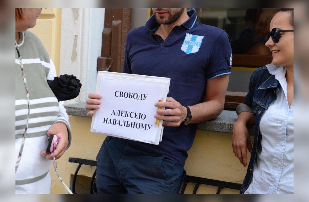 Aleksei Navalnõi toetuseks toimus väike meeleavaldus ka Tallinnas Vene saatkonna ees