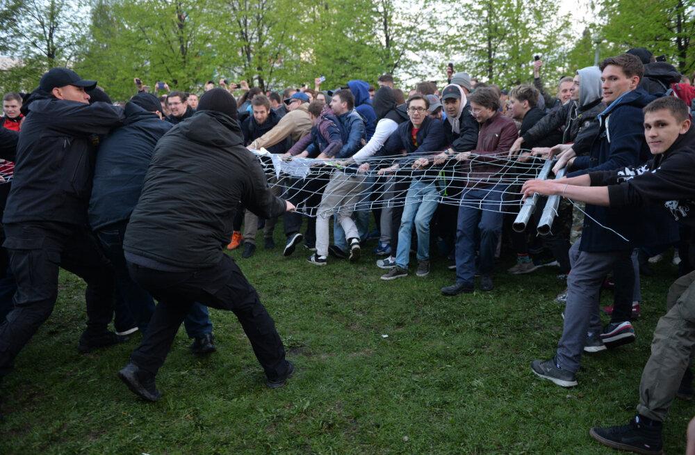 Venemaal Jekaterinburgis võitlevad inimesed katedraali ehitamise vastu parki, kirik süüdistab usuvastasuses