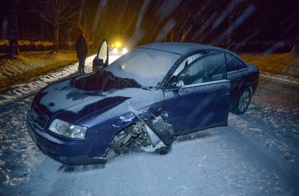 Viljandimaal Sinialliku külas põrkasid kokku kaks autot