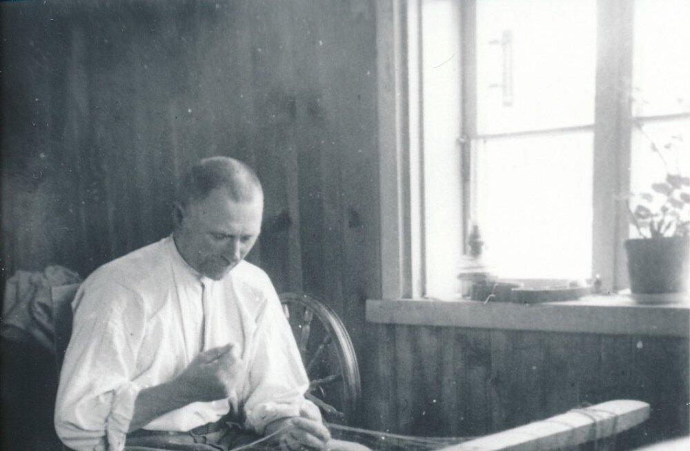 Vanasti võis vallavanema kompetentside hulka vabalt kuuluda ka näiteks võrguparandamisoskus. Pildil Ruhnu vallavanem Isak Melders 1940tel aastatel.