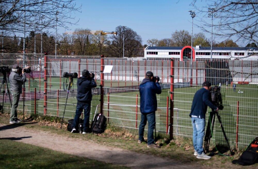 FOTOD | Müncheni Bayern alustas kõiki ohutusnõudeid järgides uuesti treeninguid, isegi fotograafid hoidsid 1,5-meetriseid vahesid
