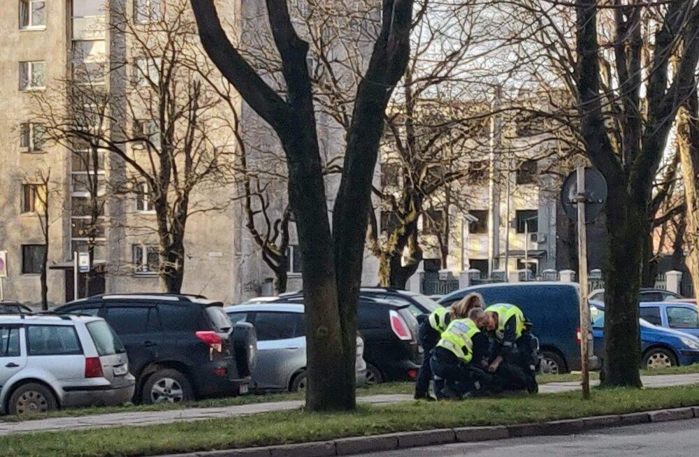 ФОТО: Сегодня полиция силой задержала мужчину, который вел себя агрессивно в нарвской поликлинике