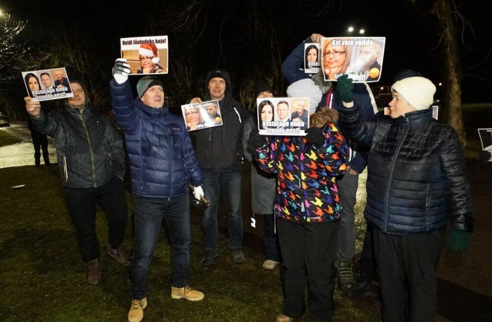 Kiviõli koolipere meeleavaldus Lüganuse vallavalitsuse ees